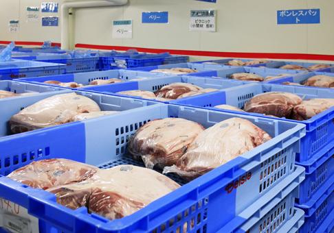 仕入れた正肉を部位別に低温保管