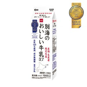 優秀品質金賞「別海のおいしい牛乳(本体価格 165円)」 北海道別海のしぼりたて牛乳をフレッシュなうちにパッキング、濃厚なのにさらりとした上品な味わいです。
