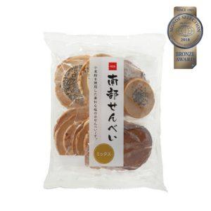 優秀品質銅賞「南部せんべい(本体価格298円)」 ごまの風味があり落花生のはいった小麦粉でつくられたおせんべいです。